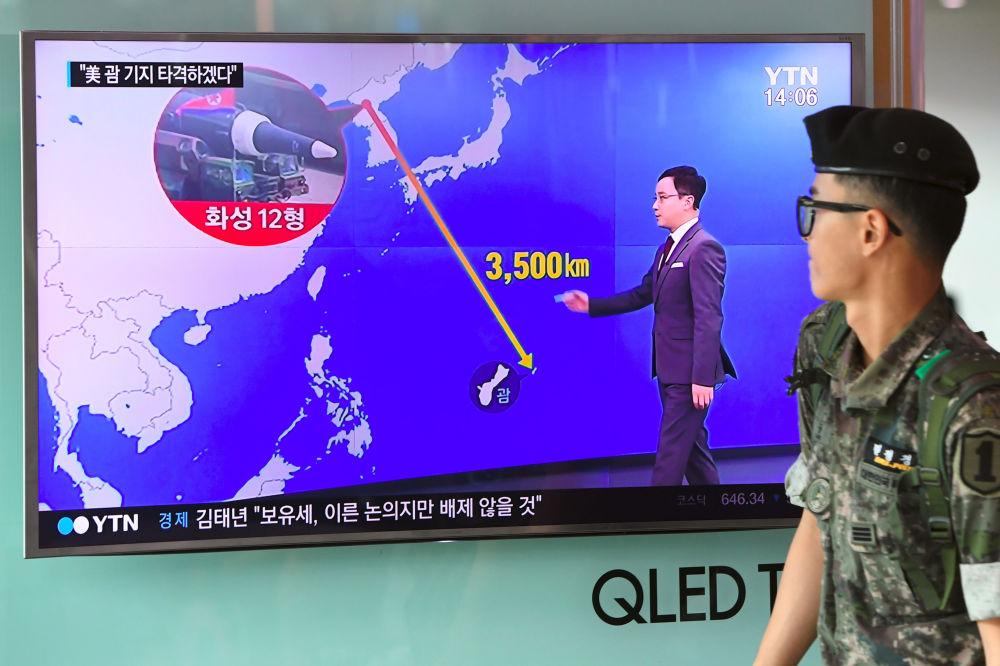 Un soldat sud-coréen passe devant une télévision montrant un journal à Séoul