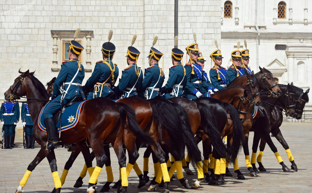 La relève de la garde équestre du Régiment présidentiel en prévision du Festival Tour Spasskaïa