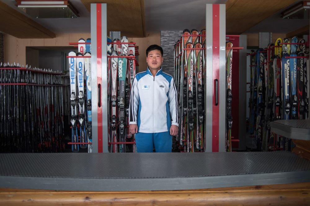 Un employé du service de location d'équipements sportifs dans une station de ski, en Corée du Nord