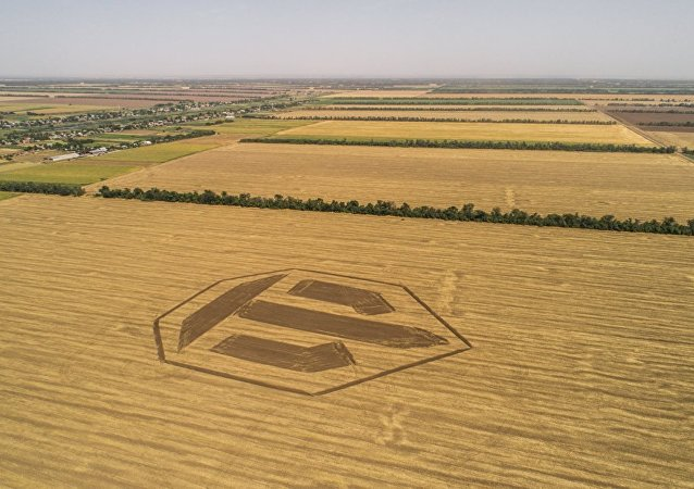 Ce conducteur de tracteur russe fait un logo géant de World of Tanks sur un champ