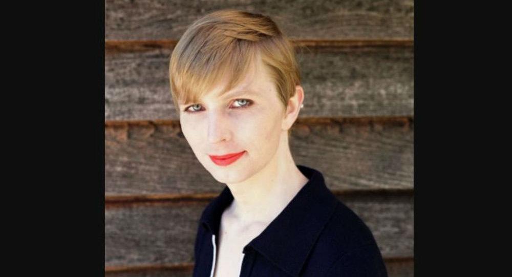 Chelsea Manning pose pour Vogue, en maillot de bain sur la plage