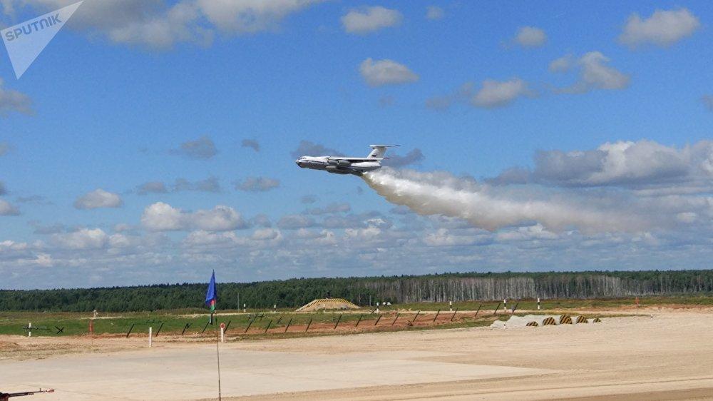 L'Iliouchine Il-76 largue de l'eau sur la piste de course. Le Biathlon de chars 2017
