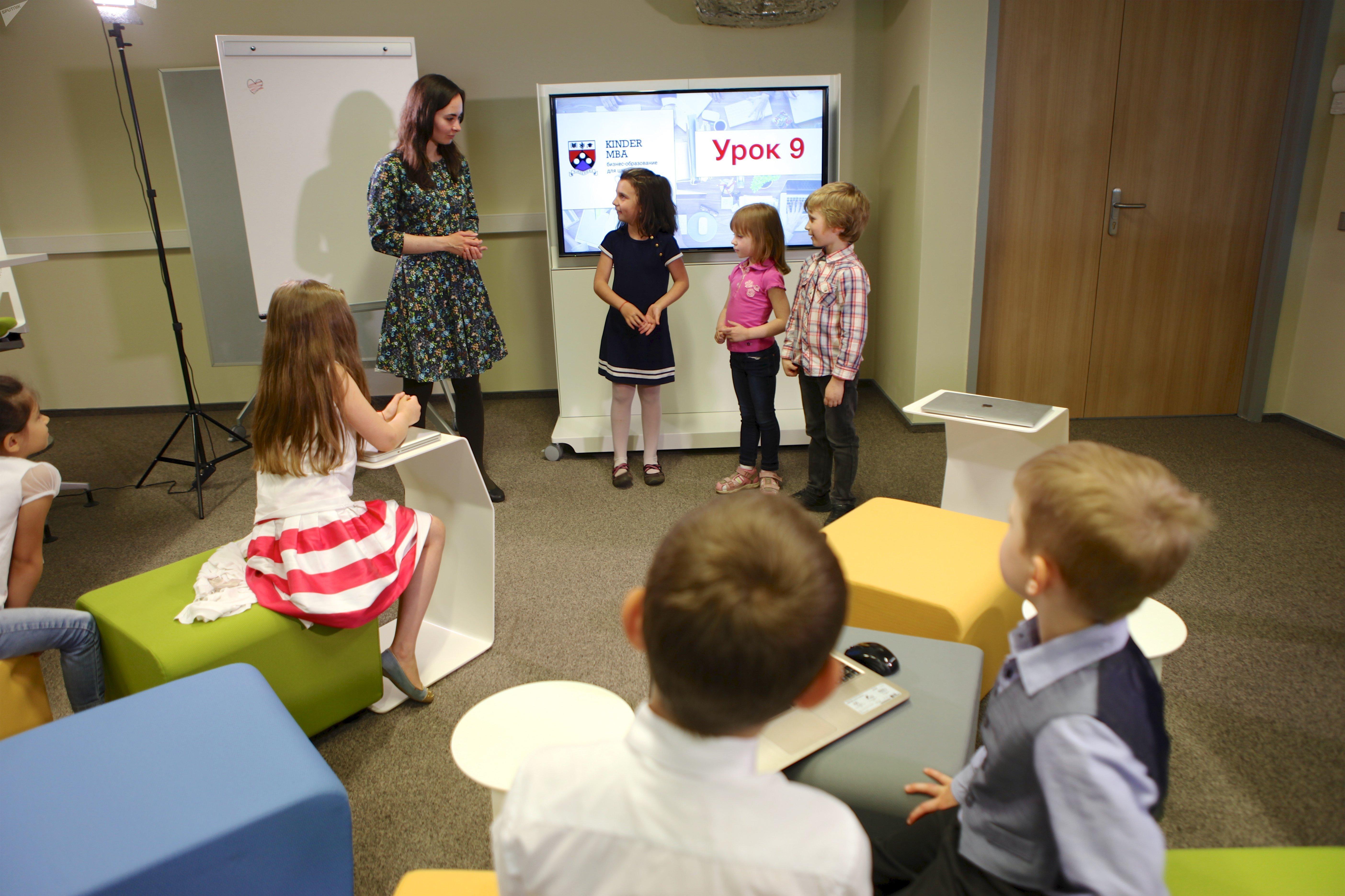 Les élèves de «Liga Robotov» pendant une leçon de Kider MBA