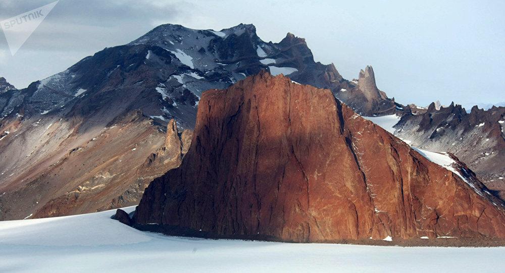 Une chaîne de montagnes près de la station russe Novolazarevskaya en Antarctique