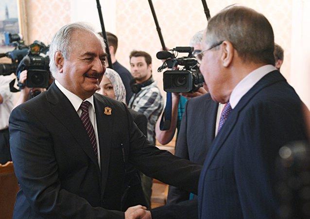 Le ministre des Affaires étrangères Sergueï Lavrov et Khalifa Haftar