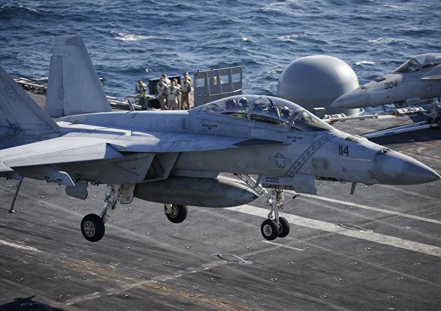 Un chasseur US F/A-18 Super Hornet atterrit à bord de l'USS Ronald Reagan, un porte-avions de la classe Nimitz