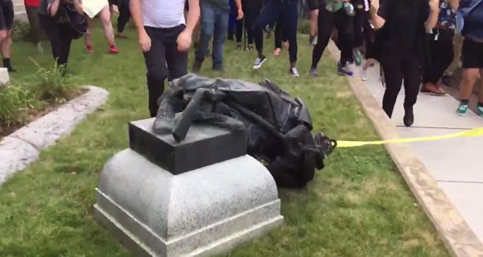 Statue d'un soldat confédéré déboulonnée en Caroline du Nord