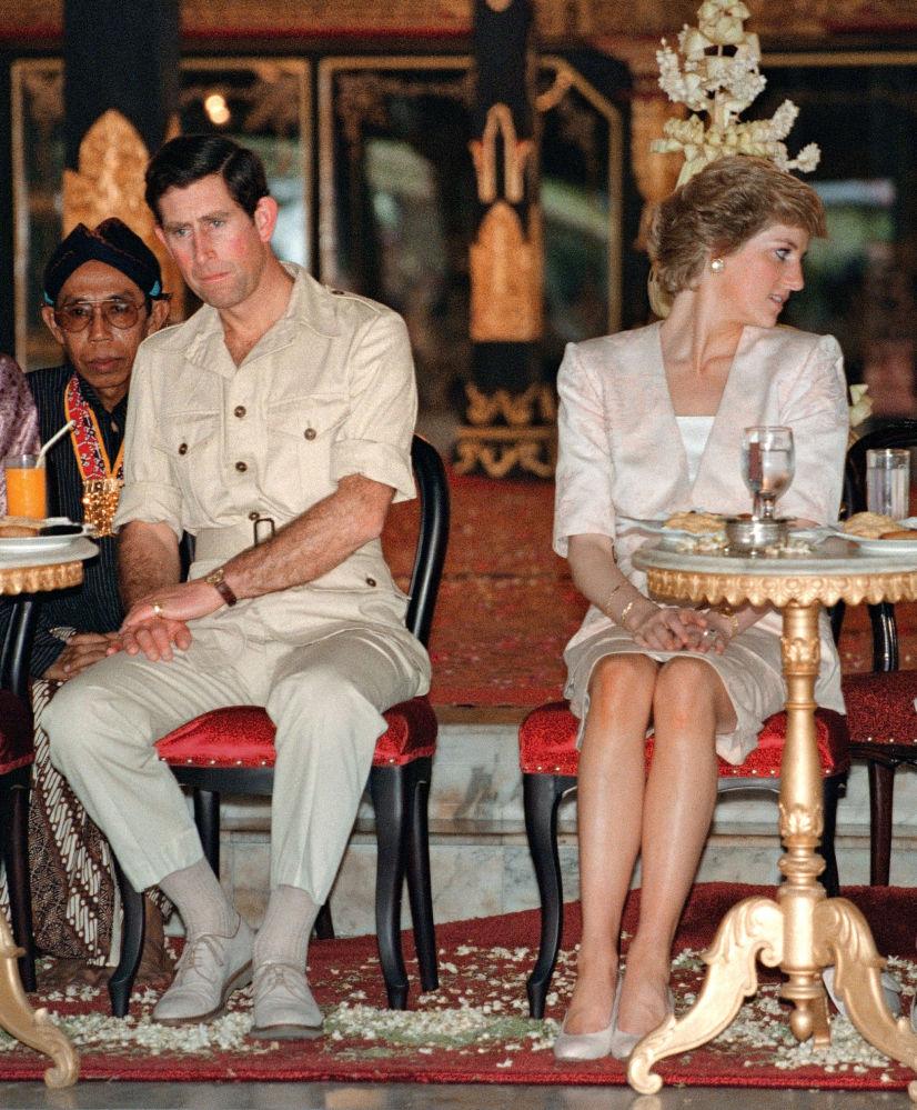 Le prince et la princesse de Galles en train de regarder un spectacle de danse indonésienne à Yogyakarta, en Indonésie, 1989