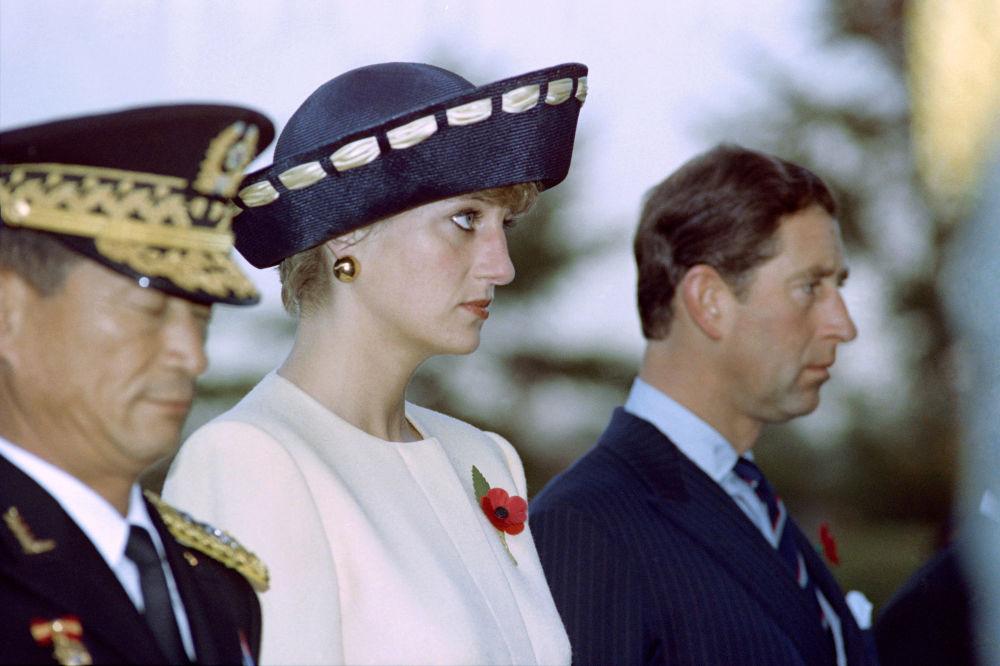 La princesse Diana aux côtés du prince Charles devant le mémorial des soldats inconnus au cimetière national de Séoul, 1992
