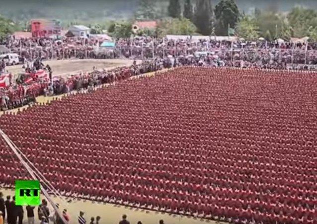 Des centaines d'Indonésiens dansent la danse traditionnelle Saman