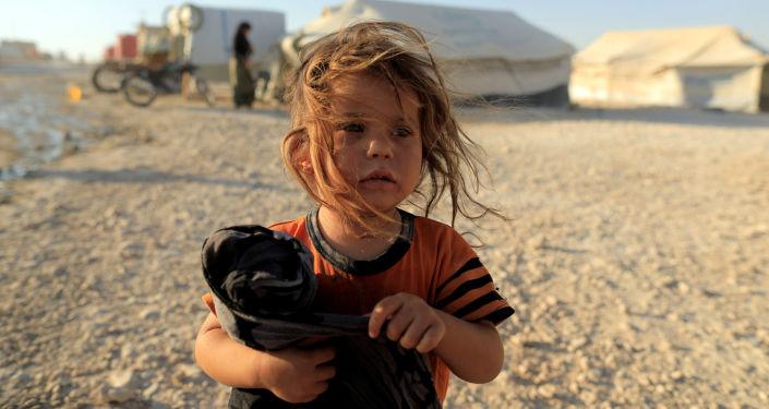 Une fille dans un camp de déplacés au nord de Raqqa, en Syrie