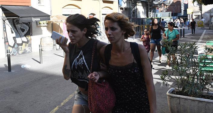 Les gens quittent les lieux de l'attaque à Barcelone