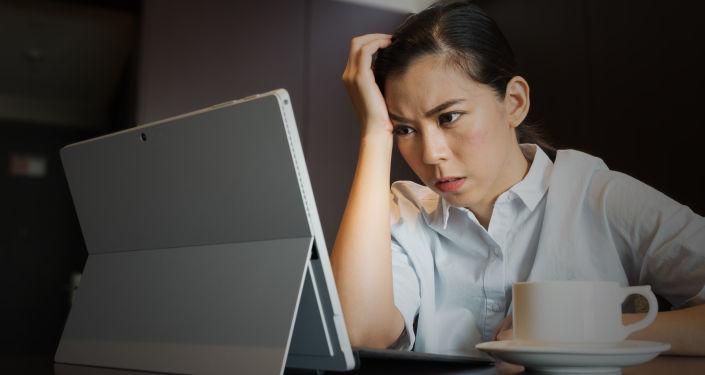 Une femme devant l'ordinateur
