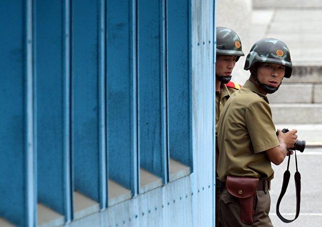 Militaires nord-coréens surveillant la Zone coréenne démilitarisée
