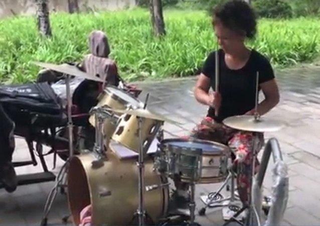 En Chine, une grand-mère de 59 ans apprend à jouer de la batterie et s'entraîne 10 heures par jour!