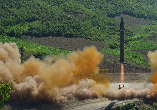 Le missile balistique intercontinental Hwasong-14 lors d'un tir d'essai, le 4 juillet 2017. Archives