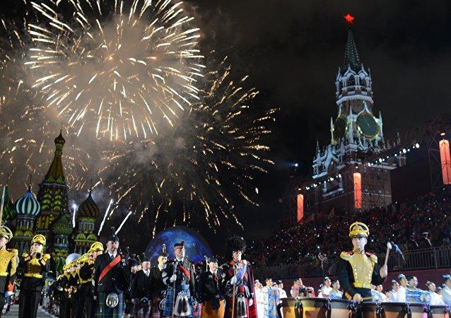 La cérémonie d'ouverture de la 10e édition du Festival international de musique militaire Tour Spasskaïa (Tour Saint-Sauveur)