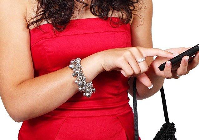 Une jeune femme avec un smatrphone