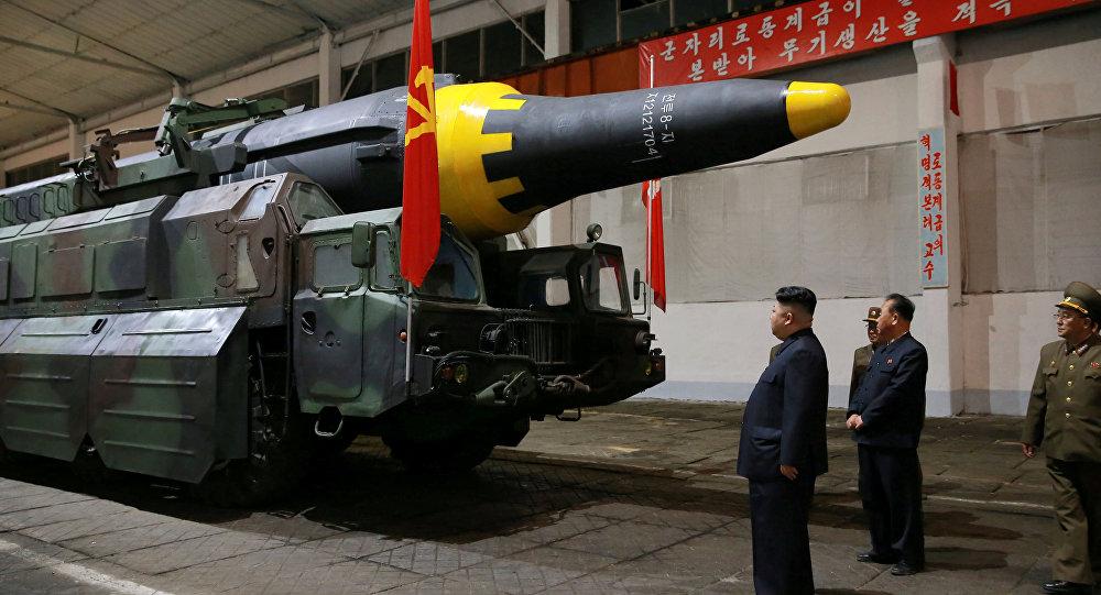 Kim Jong-un inspecte un missile balistique Hwasong-12