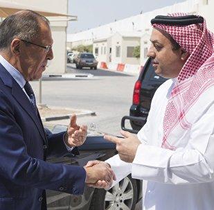 Le ministre russe des Affaires étrangères Sergueï Lavrov et le chef de la diplomatie qatarie Mohammed al-Thani