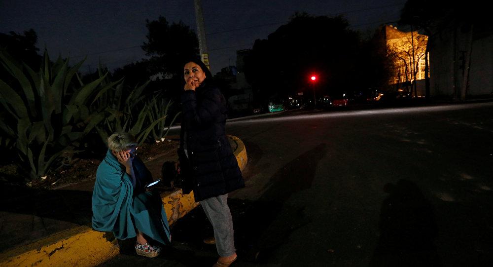 Les gens dans la rue après le séisme au Mexique