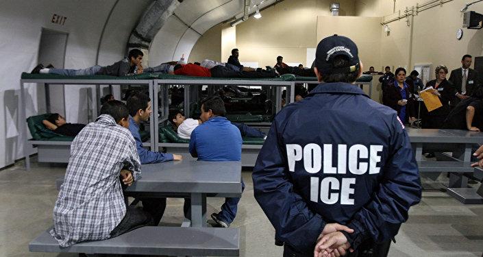 Un policier et des immigrés
