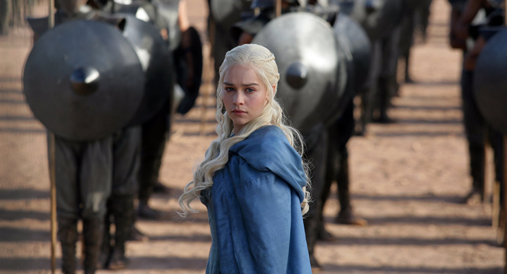 Emilia Clarke incarnant Daenerys Targaryen dans Game of Thrones