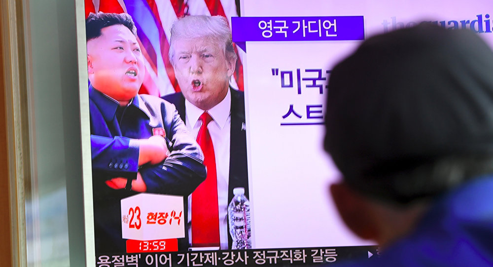 Un télé affichantles photos de Donald Trump et de Kim Jong-un