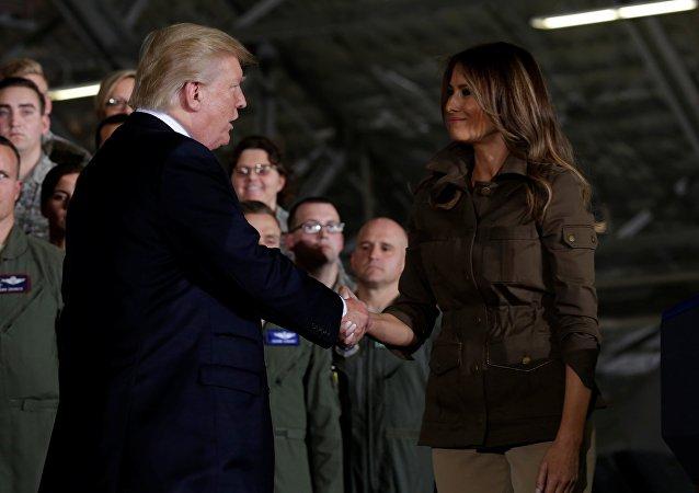 La poignée de main conjugale des Trump
