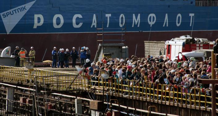 La cérémonie de mise à l'eau du plus grand et puissant brise-glace nucléaire au monde, le Sibir