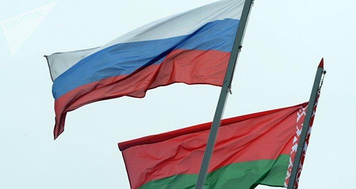 Les drapeaux de la Russie et de la Biélorussie