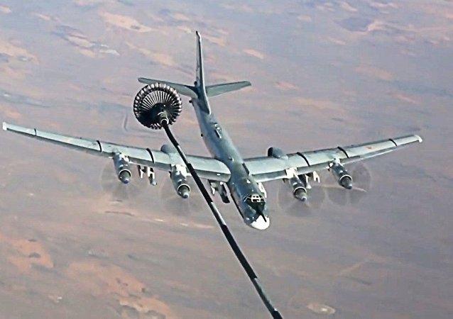 Un Tu-95MS se ravitaille en vol avant de frapper les terroristes en Syrie