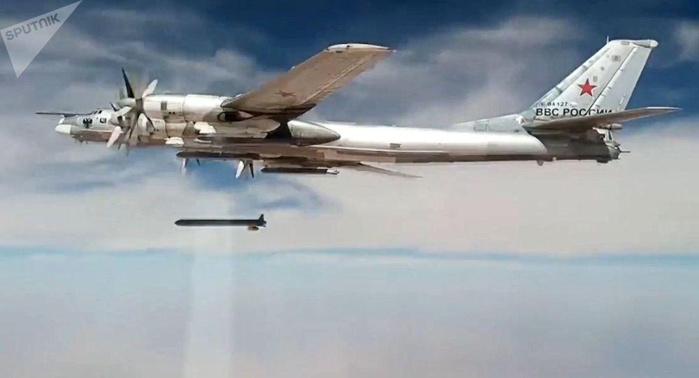 Un Tu-95MS lance un missile de croisière X-101