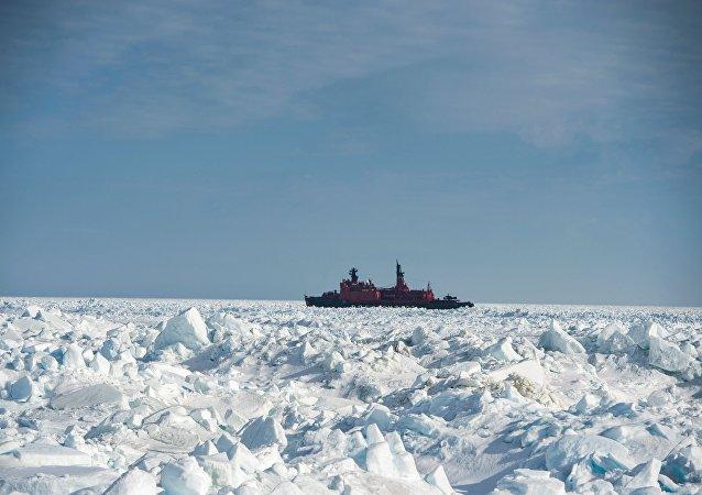 Le brise-glace  nucléaire russe Yamal dans l'océan Arctique