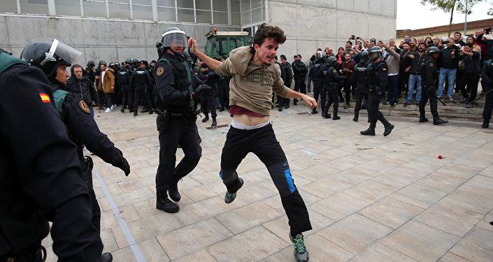 Clashs entre les manifestants et les policiers espagnols à Barcelone
