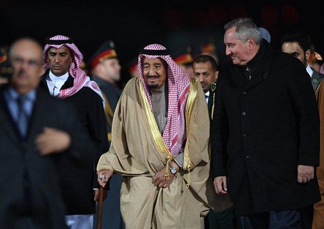Le roi saoudien Salmane ben Abdelaziz Al Saoud est arrivé mercredi à Moscou pour la première fois de l'histoire des relations bilatérales