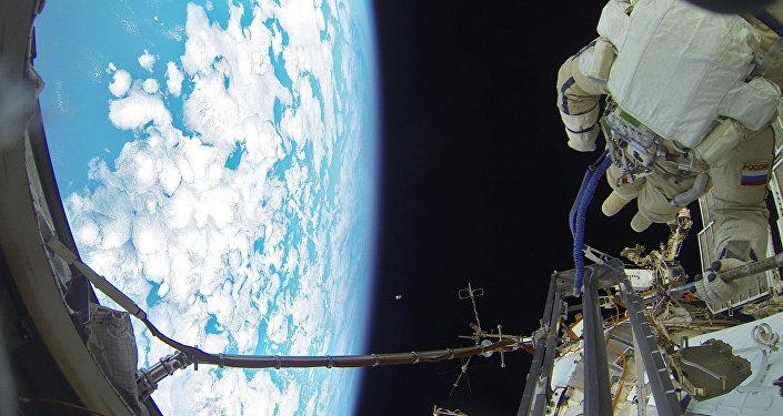 Les cosmonautes russes effectuent une sortie dans l'espace