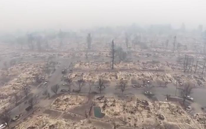 Un paysage apocalyptique de Santa Rosa détruit par le feu