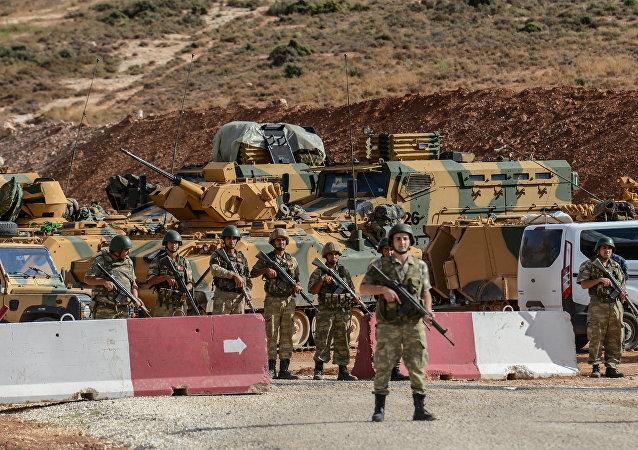 Des soldats et des véhicules blindés turcs près de la frontière syro-turque