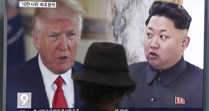 Donald Trump et Kim Jong-un sur l'écran de la télé