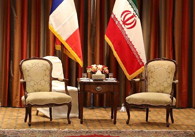 Les drapeaux de la France et de l'Iran