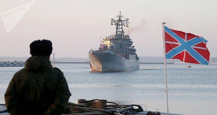 Un navire de la flotte russe de la Baltique au port de Baltiïsk