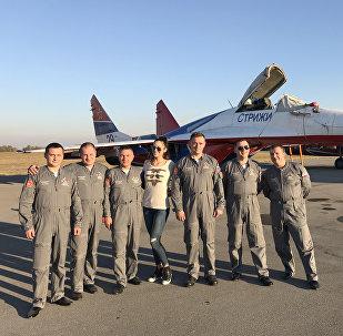 La journaliste de Sputnik Serbie Masha Radovic et les pilotes russes