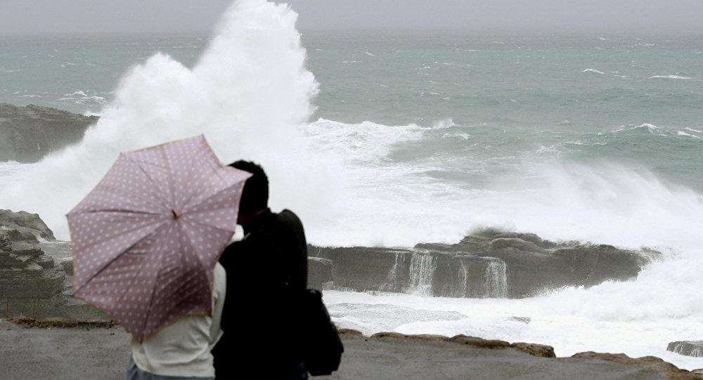 Les vagues provoquées par le typhon Lan dans la préfecture de Wakayama, l'île de Honshu