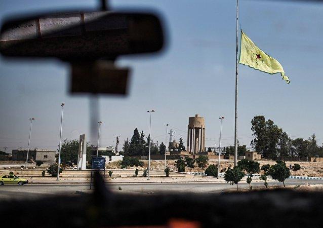 Drapeau des YPG à Raqqa. Archive photo