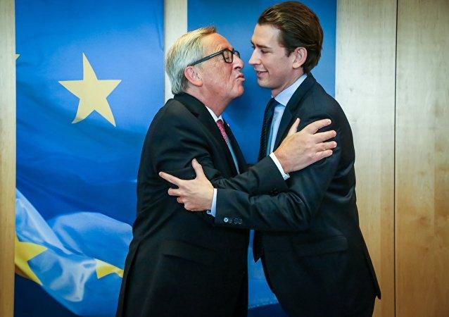 Moment embarrassant: le futur chancelier autrichien refuse d'embrasser Juncker