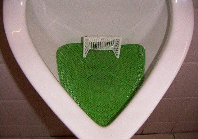 Mini-terrain de foot installé dans l'urinoir