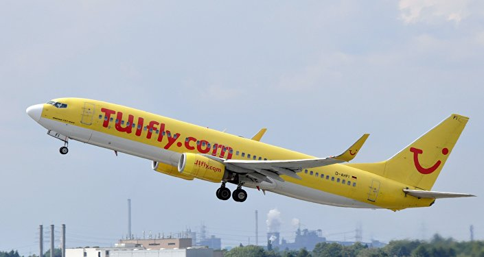 Une hôtesse de l'air remplace un pilote lors d'un vol