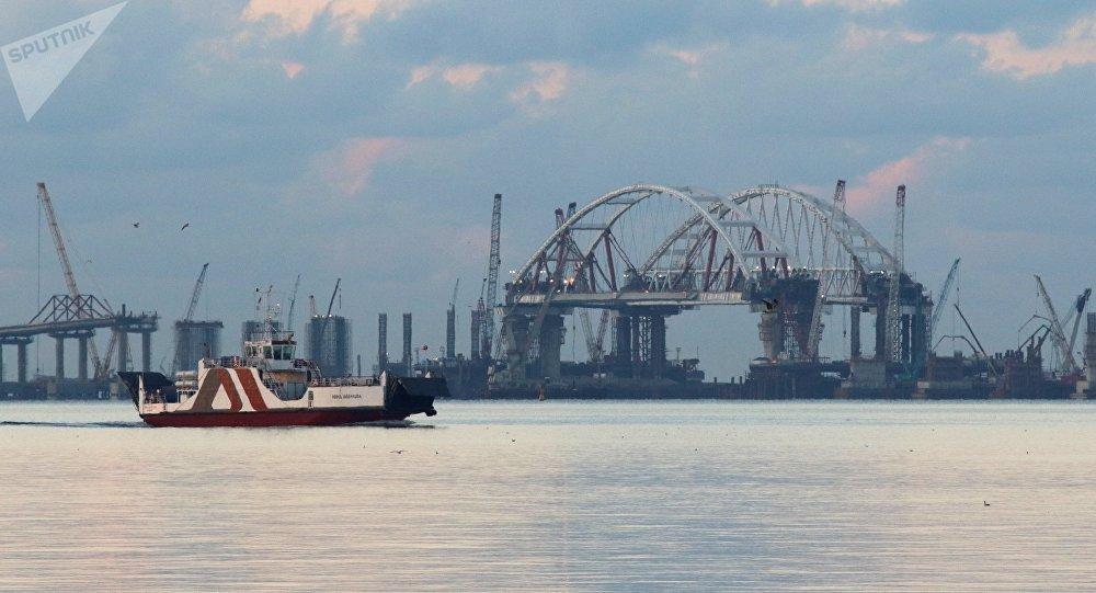 L'arche routière du pont de Crimée en chantier dans le détroit de Kertch