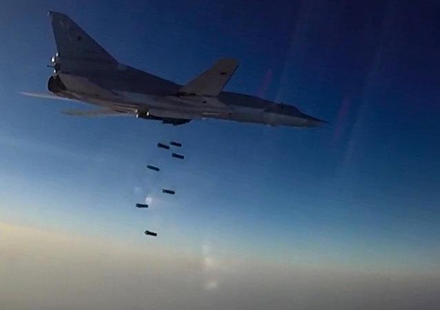 Un avion russe Tu-22M3 largue des bombes sur les positions des terroristes en Syrie